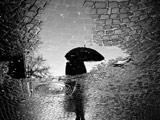 سنگ فرش بارانی خیس آب