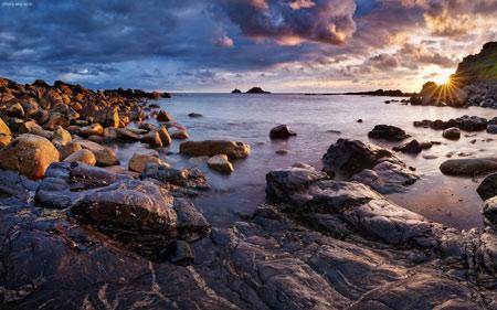 منظره زیبا ساحل سنگی دریا rock beach sunrise