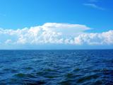 دریا و آسمان آبی