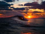 غروب آفتاب روی موج دریا