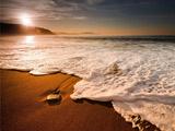 منظره امواج کنار ساحل و طلوع خورشید