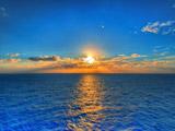 طلوع زیبای خورشید در افق دریا