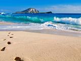 ساحل زیبای دریا و رد پا روی شن