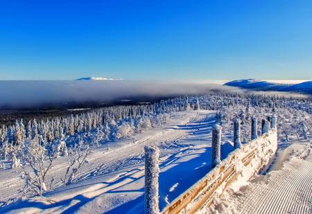 منظره طبیعت برفی کوهستانی سرد winter trail fence frost