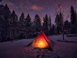 چادر مسافرتی در شب زمستانی