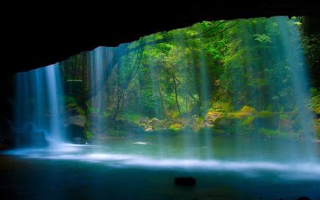 منظره آبشار زیبا جلوی دهانه غار waterfall in cave