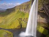 آبشار بلند زیبا ایسلند