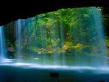 منظره آبشار زیبا جلوی دهانه غار