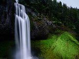 منظره دیدنی از آبشار در طبیعت