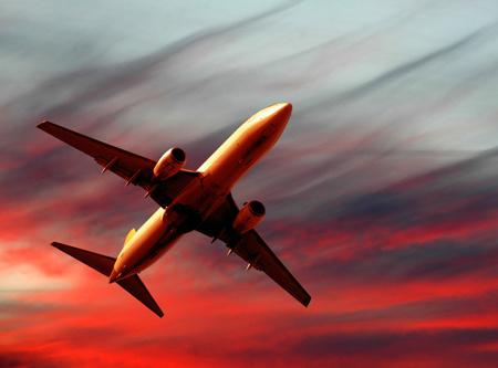 عکس زیبا از پرواز هواپیما در غروب airplane bottom view sky