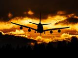 پرواز هواپیما در غروب زیبا آفتاب