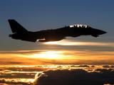 پرواز هواپیما جنگنده در غروب خورشید