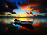 عکس زیبا از قایق موتوری در غروب دریا