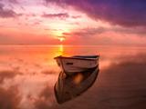 عکس قایق خالی منظره غروب دریا