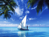 قایق بادبانی در اقیانوس آبی