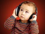 عکس موسیقی گوش دادن کودک