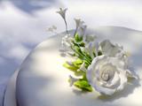 گل سفید کیک عروسی